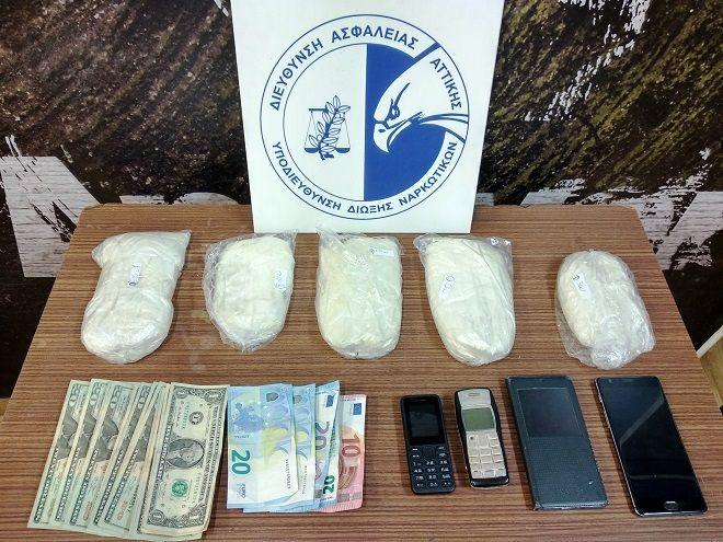 Συνελήφθησαν από αστυνομικούς της Υποδιεύθυνσης Δίωξης Ναρκωτικών της Διεύθυνσης Ασφάλειας Αττικής, βραδινές ώρες της 13-9-2018 και πρώτες πρωινές ώρες της 14-9-2018, στο Διεθνή Αερολιμένα Αθηνών «Ελευθέριος Βενιζέλος» και στα Πατήσια αντίστοιχα, 53χρονη αλλοδαπή και 51χρονος αλλοδαπός, για εισαγωγή στην Ελληνική Επικράτεια ποσότητας κοκαΐνης.
