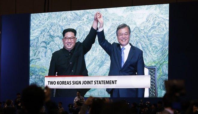 Δημοσιογράφοι παρακολουθούν τους δύο ηγέτες πριν διαβάσουν το κοινό ανακοινωθέν