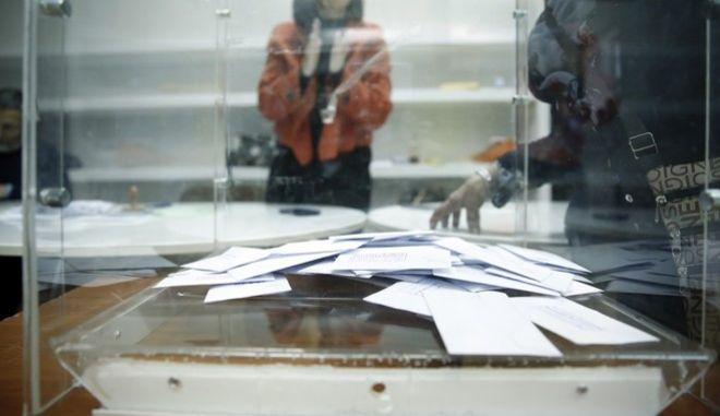 Ψηφοφορία στις εκλογές για το νέο φορέα της Κεντροαριστεράς στο Πνευματικό Κέντρο του δήμου Αθηναίων την Κυριακή 12 Νοεμβρίου 2017. (EUROKINISSI/ΣΤΕΛΙΟΣ ΜΙΣΙΝΑΣ)