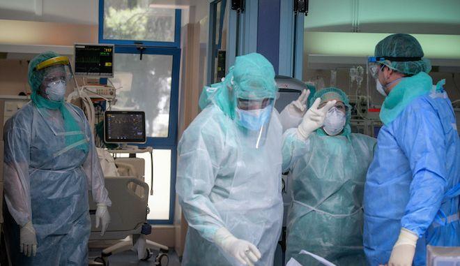 """Στιγμιότυπα από την Μονάδα εντατικής θεραπείας στο νοσοκομείο """"ΣΩΤΗΡΙΑ"""""""
