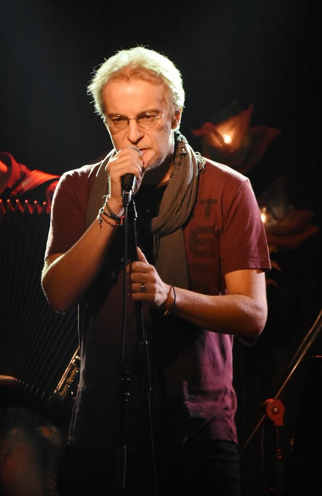 Ο τραγουδιστής Μίλτος Πασχαλίδης στον Σταυρό του Νότου Plus κατά την παρουσίαση του νέου άλμπουμ του Πάνου Βλάχου