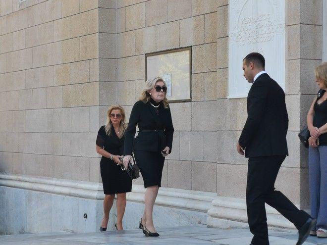 Η Μαριάννα Βαρδινογιάννη στην κηδεία του Αντώνη Λιβάνη
