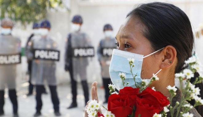 Διαδηλώτρια στη Μιανμάρ