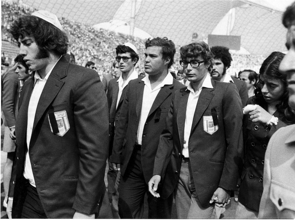 Μέλη της Ισραηλινής αποστολής στο Ολυμπιακό Στάδιο του Μονάχου, στη διάρκεια της επιμνημόσυνης τελετής για τα θύματα των τρομοκρατών (6/9/1972).