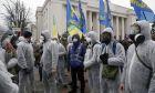Διαδηλωτές με προστατευτικά κοστούμια και μάσκες