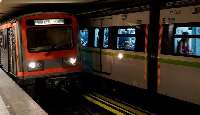 Συρμός του Μετρό σε σταθμό της Αθήνας