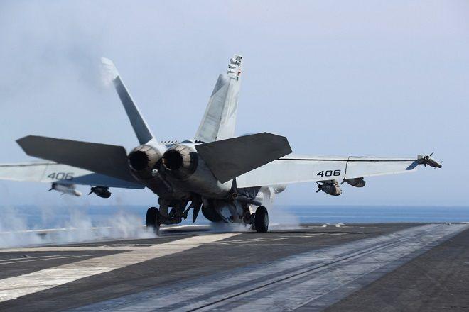 Μαχητικό αεροσκάφος προσγειώνεται στο κατάστρωμα του αεροπλανοφόρου USS Harry Truman, κατά τη διάρκεια άσκησης στη Μεσόγειο, 2018