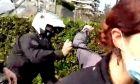 Αστυνομικός χτυπά πολίτη στην πλατεία της Νέας Σμύρνης