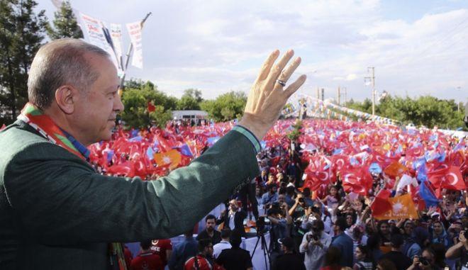 Ο Ερντογάν χαιρετά το πλήθος κατά τη διάρκεια προεκλογικής ομιλία του στην Τουρκία