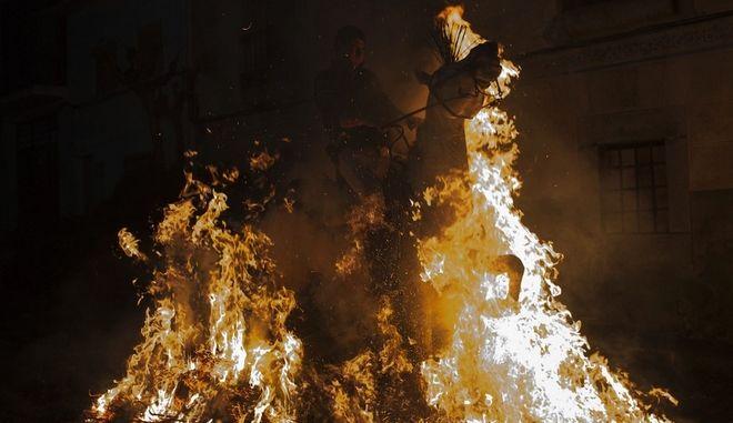 """Τα 8 """"πύρινα"""" καρέ των Luminarias: Έθιμο ή βαρβαρότητα; Περνώντας με άλογα μέσα από τις φωτιές"""