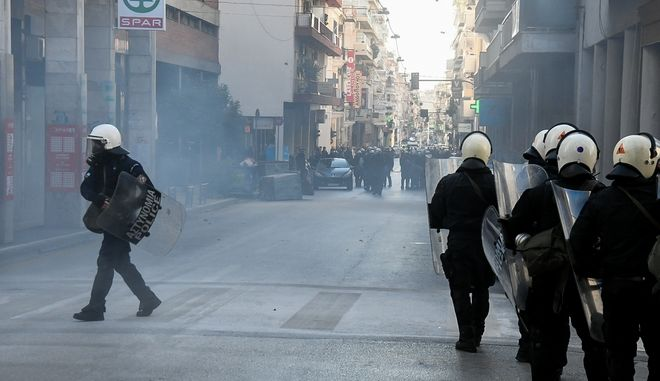 Ένταση στην Πάτρα μεταξύ αντιεξουσιαστών και ανρών των ΜΑΤ σε συγκέντρωση συμπαράστασης στον Δημήτρη Κουφοντίνα, την Τρίτη 19 Ιανουαρίου 2021. (EUROKINISSI/ΑΝΔΡΕΑΣ ΑΛΕΞΟΠΟΥΛΟΣ)