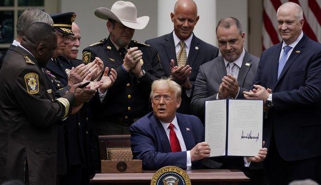 Υπέγραψε διάταγμα για τη μεταρρύθμιση της αστυνομίας ο Τραμπ