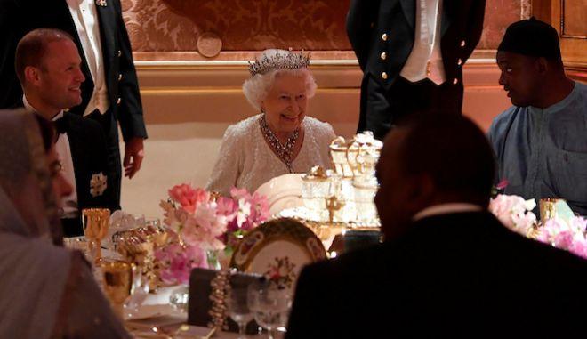 """Η βασίλισσα Ελισάβετ στο """"δείπνο της βασίλισσας"""" κατά τη διάρκεια της συνάντησης των αρχηγών κυβερνήσεων στο Buckingham, 19 Απριλίου 2018"""