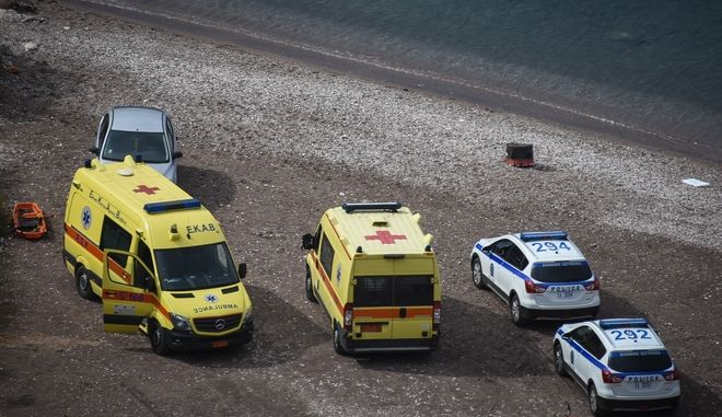 Οχήματα ΕΚΑΒ και Αστυνομίας σε θαλάσσια περιοχή