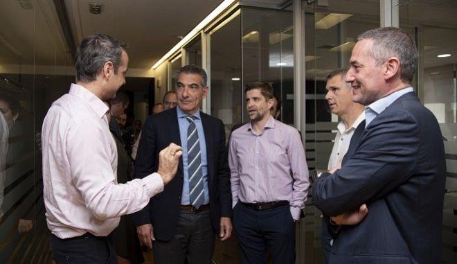 Ο πρόεδρος της Νέας Δημοκρατίας, Κυριάκος Μητσοτάκης, συνομιλεί με τους: Από δεξιά, τον  ιδιοκτήτη και πρόεδρο της 24MEDIA, Δημήτρη Μάρη, τον διευθυντή σύνταξης της HuffPost, Αντώνη Φουρλή, τον διευθυντή του Sport24 Radio 103,3, Παντελή Διαμαντόπουλο και τον CEO της 24ΜΕDIA Νικόλα Πεφάνη.