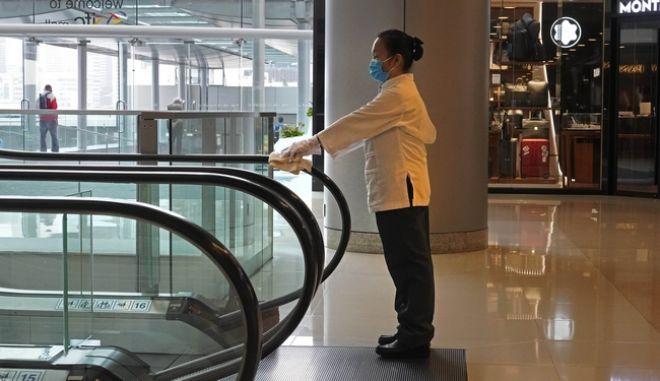 Υπάλληλος καθαρίζει κυλιόμενες σκάλες