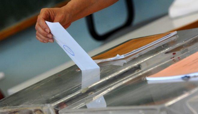 Στιγμιότυπο από την εκλογική διαδικασία για τον β' γ'υρο των αυτοδιοικητικών εκλογών και Ευρωεκλογών σε εκλογικό τμήμα στο Μεγαλοχώρι Τρικάλων την Κυριακή 25 Μαΐου 2014. (EUROKINISSI/ΘΑΝΑΣΗΣ ΚΑΛΛΙΑΡΑΣ)