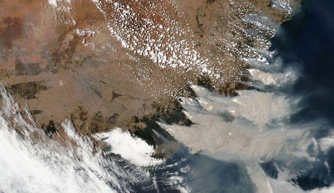 Η φλεγόμενη Αυστραλία, όπως φαίνεται από δορυφόρο.