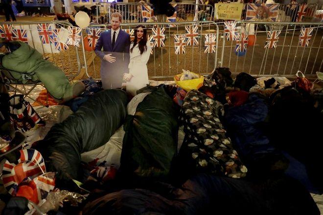 Πριν ακόμη ξημερώσει οι φανατικοί της βασιλικής οικογένειας κοιμούνται πίσω από τα προστατευτικά, στον δρόμο που θα περπατήσει το ζεύγος Χάρι και Μέγκαν Μαρκλ πριν φτάσει στο Αββαείο του Αγίου Γεωργίου στο Γουίνσδορ