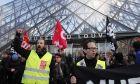 Οι απεργοί-εργαζόμενοι συγκεντρωμένοι έξω από το μουσείο του Λούβρου την Παρασκευή 17 Ιανουαρίου 2020 στο Παρίσι