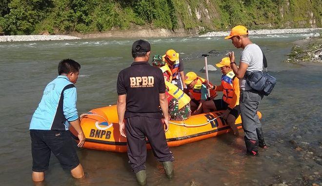 Ομάδα διασωστών αναζητά επιζώντες μετά την κατάρρευση της πεζογέφυρας