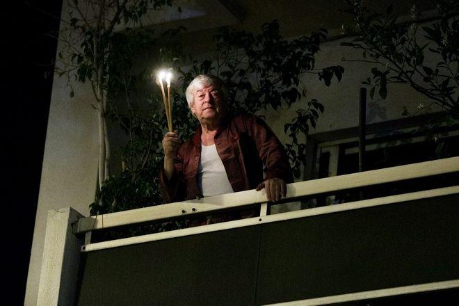 Κορονοϊός: Πώς γιόρτασαν οι Έλληνες την Ανάσταση στα μπαλκόνια