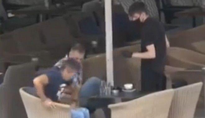 "Viral ο σερβιτόρος που ""έλουσε"" πελάτη με καφέ, με φόντο τον Βαρβιτσιώτη στο BBC"