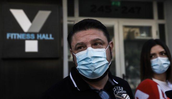 Ο υφυπουργός Πολιτικής Προστασίας, Νίκος Χαρδαλιάς, κάνει δηλώσεις μετά τις επιθέσεις στις επιχειρήσεις της συζύγου του