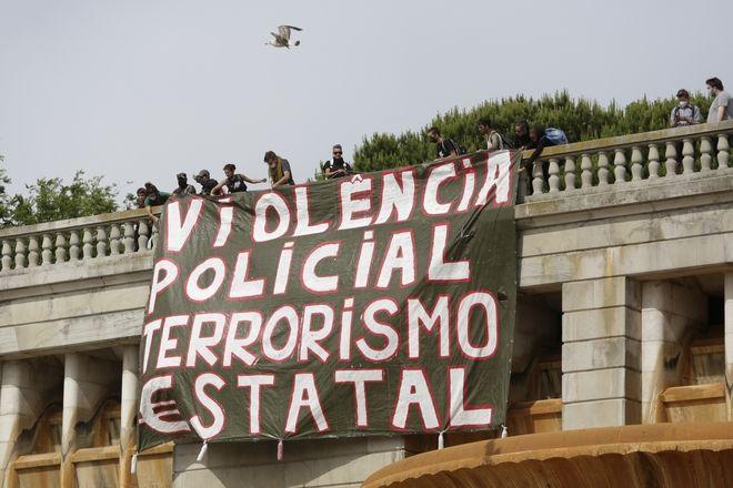Πανό που γράφει στα πορτογαλικά «αστυνομική βία, κρατική τρομοκρατία», σε διαμαρτυρία κατά του ρατσισμού και της αστυνομικής βίας στη Λισαβόνα, 6 Ιουνίου 2020.
