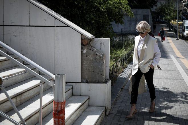 Η Νατάσσα Καλογρίδη έξω από το κτήριο του Εφετείου την Μεγάλη Δευτέρα