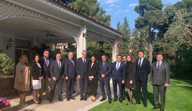 Στιγμιότυπο από τη συνάντηση στελεχών της ΝΔ με τον Αμερικανό πρέσβη στην Αθήνα Τζέφρι Πάιατ στην οικία του δεύτερου