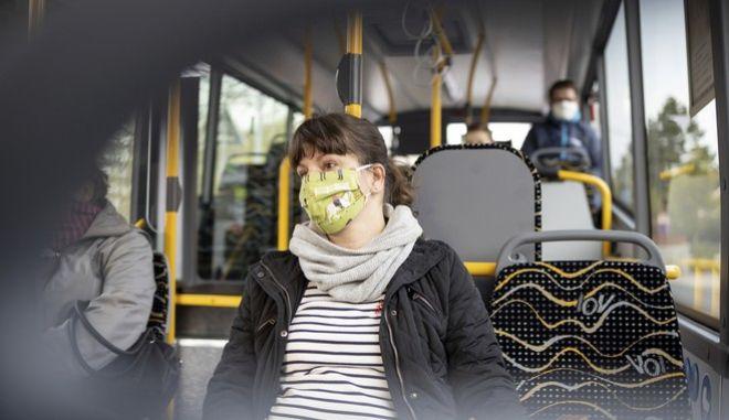 Κορονοϊός στη Γερμανία. Γυναίκα σε λεωφορείο
