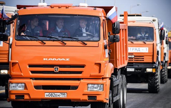 Ο Πούτιν εγκαινίασε τη γέφυρα με την Κριμαία οδηγώντας ένα φορτηγό