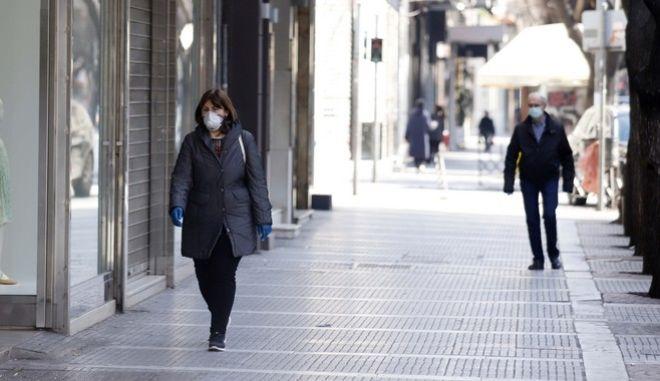 Πολίτες έξω από κλειστά καταστήματα