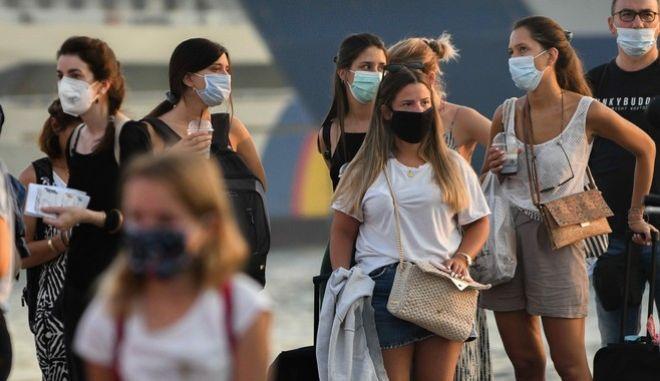 Κόσμος με μάσκες στον Πειραιά