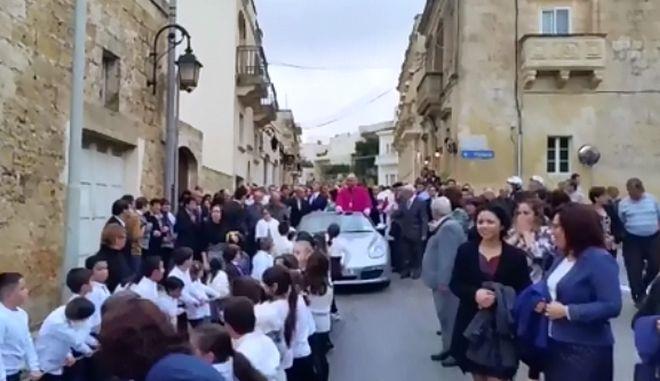 Ιερέας περιφέρεται στη Μάλτα πάνω σε Πόρσε που σέρνουν παιδιά