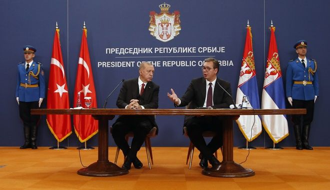 Οι πρόεδροι Τουρκίας και Σερβίας Ρετζέπ Ταγίπ Ερντογάν και Αλεξάνταρ Βούτσιτς κατά την συνάντησή τους στο Βελιγράδι