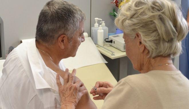 Ο πρόεδρος του ΙΣΑκαι Περιφερειάρχης Αττικής Γ. Πατούλης εμβολιάζεται κατά της γρίπης.