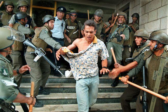 Μία εικόνα 1000 λέξεις: Ο Εβραίος που επιτίθεται στην Παλαιστίνια