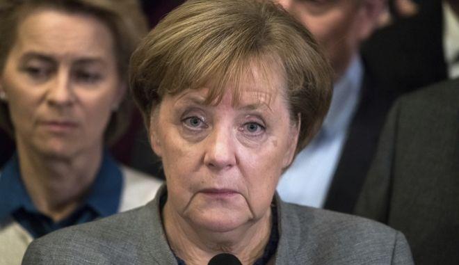 Γερμανικά ΜΜΕ: Μάχη για την πολιτική της επιβίωση δίνει η Μέρκελ