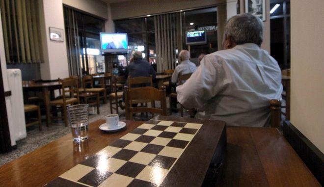ΤΡΙΚΑΛΑ -Πολίτες παρακολουθούν το ντιμπέιτ των πολιτικών αρχηγών σε καφενείο των Τρικάλων  .(EUROKINISSI / ΘΑΝΑΣΗΣ ΚΑΛΛΙΑΡΑΣ )