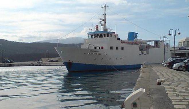 Ελευσίνα: Επιβατηγό πλοίο παρασύρθηκε από τους ισχυρούς ανέμους