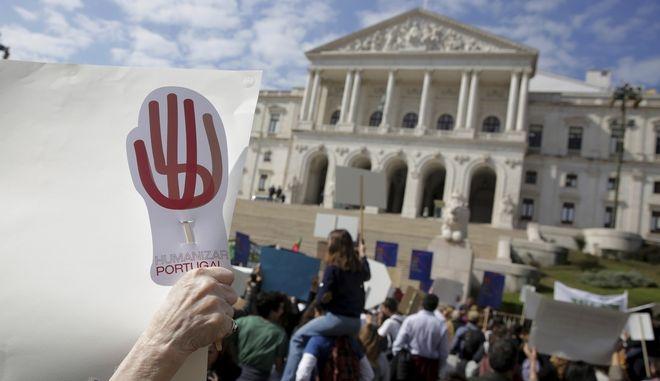 Διαμαρτυρόμενοι έξω από το πορτογαλικό κοινοβούλιο στη Λισαβόνα, την Πέμπτη 20 Φεβρουαρίου 2020, συγκεντρώθηκαν για να διαμαρτυρηθούν για τη νομιμοποίηση της ευθανασίας