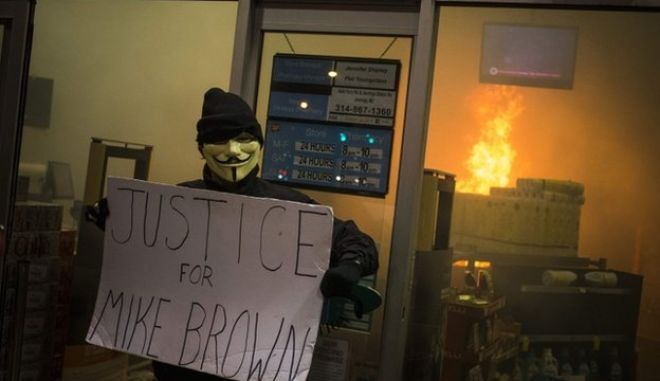 Το Φέργκιουσον φλέγεται για τον Μάικλ Μπράουν: Πυρπόλησαν 12 κτίρια. Η Εθνοφρουρά ενισχύει την Αστυνομία