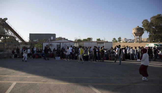 Λιβύη: Οι αντίπαλες πλευρές αναγκάζουν μετανάστες να πολεμήσουν