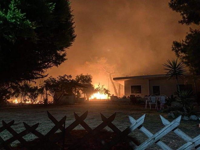 Κόρινθος: Μαίνεται η φωτιά στο Σχίνο Λουτρακίου και κινείται προς Αλεποχώρι - Εκκενώθηκαν 6 χωριά