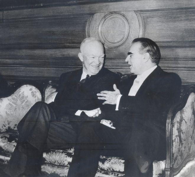 Ο Κωνσταντίνος Καραμανλής με τον πρόεδρο των ΗΠΑ Ντουάιατ Αιζενχάουερ στην Ουάσινγκτον το 1956