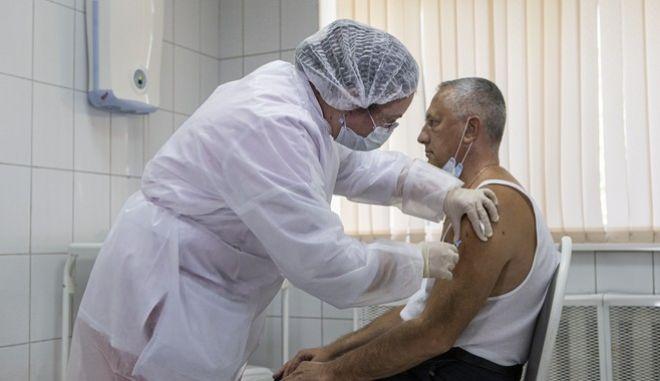 Εμβολιασμός εθελοντή για τον κορονοϊό στη Ρωσία