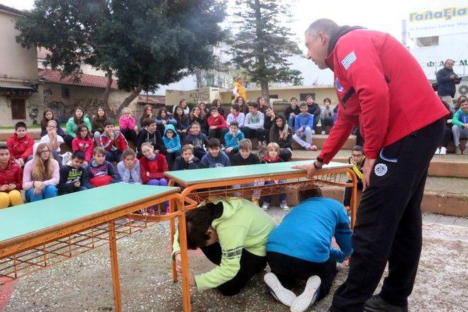 ΑΡΓΟΣ-Στα πλαίσια του εορτασμού της παγκόσμιας ημέρας για τον εθελοντισμό , ο Δήμος Άργους- Μυκηνών σε συνεργασία με την Ελληνική Ομάδα Διάσωσης  Αργολίδας, ενημέρωσε  μαθητές σχολείων της πρωτοβάθμιας και δευτεροβάθμιας εκπαίδευσης, για την σημασία του εθελοντισμού αλλά και για την αντιμετώπιση του φαινομένου του σεισμού, τόσο σε θεωρητικό όσο και πρακτικό επίπεδο. Η ενημέρωση πραγματοποιήθηκε στο θεατράκι της πλατείας του Αγίου Πέτρου στο Άργος.(EUROKINISSI-ΒΑΣΙΛΗΣ ΠΑΠΑΔΟΠΟΥΛΟΣ)
