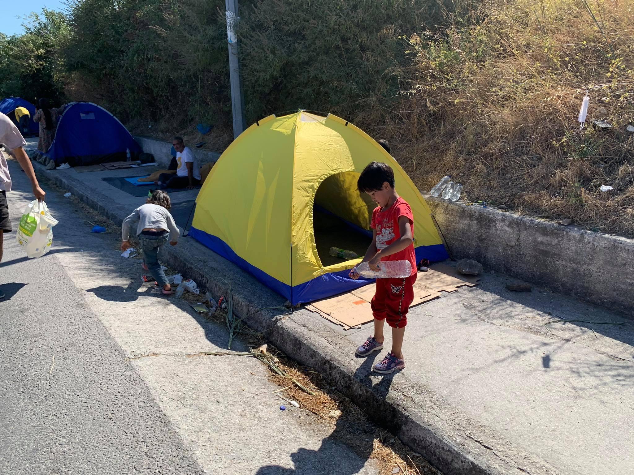 Προσφυγόπουλο έξω από αυτοσχέδια σκηνή